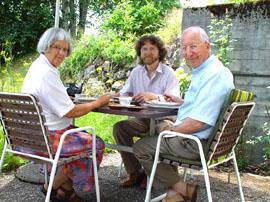 Claude kaj Andrée Gacond, en ilia ĝardeno en junio 2003, kun ilia amiko Stefano Keller, la kreanto de tiu ĉi retejo.
