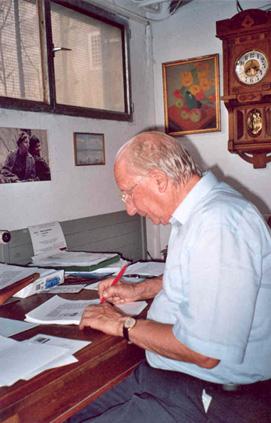 Claude Gacond laboranta hejme (oktobro 2005)