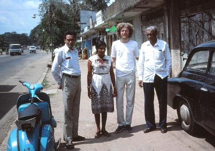 Ronald Peiris, f-ino Amitha, Stefano Keller, D-ro Dharmatilake, esperantistoj en Colombo, Srilanko, 1983.